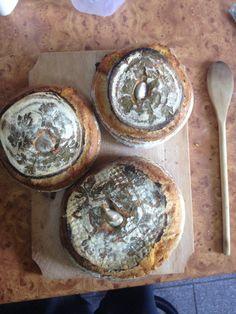 Ducesa de Copălău - pâine cu făină albă, ulei de măsline, brânză maturată și usturoi.