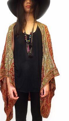 Un estilo hermoso kimono de seda pura se encoge / chaqueta, la nueva forma para encubrir.  Maravillosamente hecho a los estándares de diseño, con costura francesa.  Me encanta su versatilidad, que con el tiempo se convertirá en un complemento atemporal para su guardarropa que puede sacar año tras año...  Todas mis prendas están hechas de puro ciclos hasta vintage de seda India, son piezas únicas, no hay dos siempre lo mismo!  Mientras que cada esfuerzo realizado en el proceso de corte…