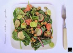 food²: Spring salad made of baby spinach, grapefruit, radish and roasted chickpea