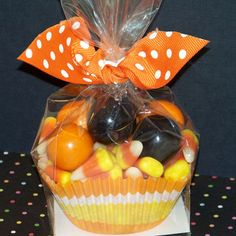 Easy Party Favor Using Cupcake Liner and Clear Treat Bag - WOULD BE GREAT FOR MY KIDS TO TAKE TO THEIR HALLOWEEN PARTIES :)