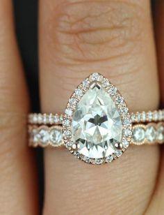 Une bague de fiançailles avec un diamant en forme de poire …