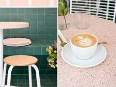 Carrelage vert émeraude et terrazzo rose poudré au café Peonies à Paris.