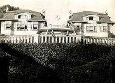 Gómez Lamelas muestra una foto antigua de un grupo