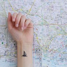 Ce minuscule voilier audacieux. | 18 tatouages magnifiques pour ceux qui aiment l'océan