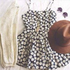 Vestidinho florido e casaquinho aberto  e óculos e chapéu  look do final de semana!