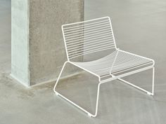 The striking HAY Hee Lounge Chair from designer Hee Welling, suitable for both indoors and outdoors. Cellar Inspiration, Hay Chair, Diy Furniture, Outdoor Furniture, Lounge Chair Design, Rustic Chair, Dining Table Chairs, Desk Chairs, Traditional Furniture