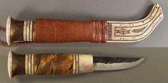 """トナカイの角とカーリーバーチを組み合わせたサーミの意匠(デザイン)が素晴らしいラップランド・ナイフです。(KELLAM KNIVES Co. 取り扱い)これはフィンランドで、プーッコ PUUKKO と呼ばれる形状のもの。サーミ語では名詞「ナイフ」を""""niibi(ニイピー)""""と言い、綴りの2番目の""""i""""は「ニーピー」と伸ばさないで「ニイピー」と発音します。 また、""""b""""は[p]と発音し、""""bi""""は[pi]と読みます。"""