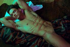 O sensual ensaio do modelo Marcin Michal, por Thomas Synnamon
