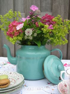 Teapot Flower Vase —  I love this simple flower arrangement in an old teapot. That reminds me . . . I have an old brass pot that would work great as a vase!  #mothersday #centerpiece #flowerarrangrment