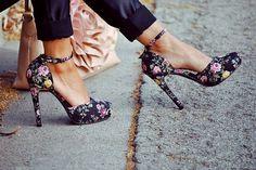 lindos calçados com estampas florais