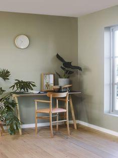 Naturlig, grønt og vakkert med vegger i LADY Wonderwall 8252 Green Harmony. Bedroom Green, Green Rooms, Bedroom Wall, Green Walls, Color Inspiration, Interior Inspiration, Jotun Lady, Interior Exterior, Interior Design