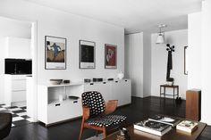 Un apartamento con tonos oscuros