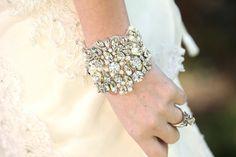 Splendido braccialetto nuziale con cristalli e chiusura con nastro  6 x 3 nastro 1/4(mostrato in blu)  Tempo di produzione: 2 settimane  Ringrazio