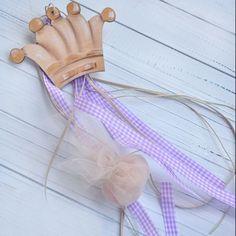 Πανέμορφη χειροποίητη μπομπονιέρα φτιαγμένη με ξύλο και πολύ μεράκι. Η πριγκιπική κορώνα που ταιριάζει και για αγοράκι και για κοριτσάκι με προσεκτικά επιλεγμένα τούλια και κορδέλες. http://progipasprigipissa.jimdo.com/