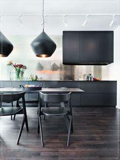 pendente preto sobre mesa de jantar com interior cobre, elegancia e sofisticação