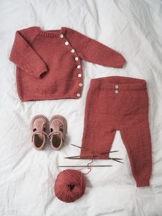 Ravelry: Ellen's Coming Home Set pattern by PetiteKnit Ellen's Coming Home Set consists of a jacket, pants and a bonnet. Baby Cardigan, Baby Pants Pattern, Crochet Baby Pants, Baby Boy Knitting Patterns, Baby Pullover, Knitted Baby Clothes, Newborn Crochet, Knitting For Kids, Knit Crochet