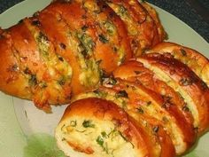 Baked Loaf With Garlic, Cheese and Ham. The ham makes it more delicious Brunch, Garlic Cheese, Baked Garlic, Garlic Bread, Good Food, Yummy Food, Empanadas, Quiche, Tapas