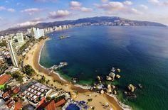 La Bahía de Acapulco, está enmarcada por las montañas de la Sierra Madre del Sur y compite en belleza con Río de Janeiro y Hong Kong. Acapulco Bay is ringed with high-rise hotels and surrounded by mountains covered in tropical vegetation. The bay has incomparable scenic beauty and it is compared to Rio de Janeiro and Hong Kong.
