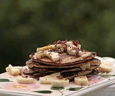De er forholdsvis sunde...Og så smager de vidunderligt af banan og vanilje, har en svampet konsistens og kan laves i løbet af ingen tid.  Bananpandekagerne er lækre til en god brunch eller som lidt ekstra tilbehør til en god omgang morgenmad om søndagen!  Opskrift til 6 små bananpandekager....