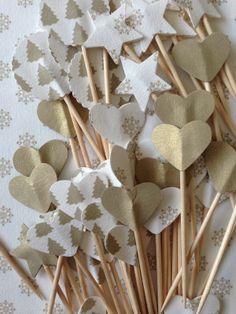 Pinchos para canapés de SweetCo decorados con papel.