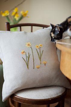 Veronique Enginger - Daffodils - Loreta Cross Stitch Love, Cross Stitch Finishing, Spring Sign, Spring Home, Floral Embroidery, Cross Stitch Embroidery, Daffodils Planting, Daffodil Day, Narcisse