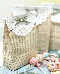 Kreative Geschenkverpackung mit Zeitungspapier und Tortenspitze