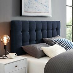 Simple room: ideas for decorating a room with few features - Home Fashion Trend Blue Headboard, Bed Headboard Design, Bedroom Bed Design, Bedroom Furniture Design, Panel Headboard, Blue Bedding, Headboards For Beds, Bed Furniture, Bedroom Decor