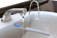 Toothbrush with an integrated rinse fountain