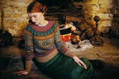 Knit this womens fairisle sweater from Rowan Knitting & Crochet Magazine a design by Marie Wallin using Felted Tweed (wool, alpaca and viscose). With deep cuff and bands and raglan sleeves, this knitting pattern is suitable for the experienced knitter. Fair Isle Knitting, Hand Knitting, Laine Rowan, Fair Isle Pullover, Fair Isles, Fair Isle Pattern, Crochet Magazine, Mode Inspiration, Knitting Patterns Free
