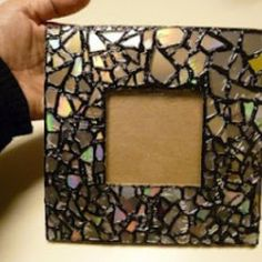 DIY mosaic frame out of old CD's (craftpicker.com)