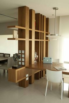 Massivholz Regal als Raumteiler zwischen zwei Bereichen