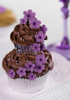 I purple and chocolate - this is tooo beautiful! - Violet and Chocolate Couture Cupcakes, a cupcake on top of another :) Pretty Cupcakes, Beautiful Cupcakes, Yummy Cupcakes, Cupcake Cookies, Big Cupcake, Popcorn Cupcakes, Cupcake Tier, Blueberry Cupcakes, Cupcake Bakery