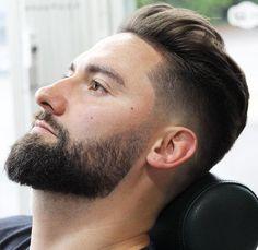 modele de barbe dégradé sur les cotés bien taillée avec coupe hipster fondu en arriere