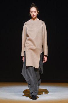 Hussein Chalayan at London Fashion Week Fall 2017 - Runway Photos Live Fashion, Fashion Week, Fashion 2017, Daily Fashion, Fashion Brands, Winter Fashion, Fashion Show, Fashion Design, London Fashion
