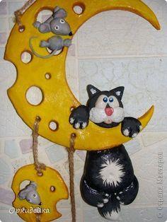 Котофей так гонялся за мышкой, что забрался на луну-сыр! )) фото 2 Paper Mache Clay, Clay Art, Cat Crafts, Diy And Crafts, Slab Ceramics, Crochet Monsters, Country Paintings, Pottery Classes, Homemade Toys
