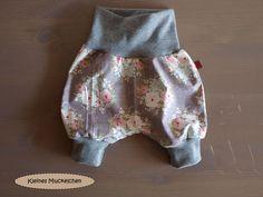 Diese Hose ist aus einem toller, weicher Baumwolle mit einem tollen Blumenmuster.  Schön leicht und luftig und optimal für den Sommer. Sie ist etwa knielang.  Die Taille und Beinbündchen sind aus...