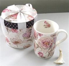 Retro style patterns like cottage roses are still fashionable. Looking a little vintage, this nice gift mug in a hatbox can be a great gift idea for practically any woman!