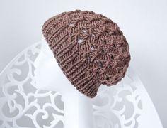 Hier siehst Du ein Modell aus meiner neuen Winterkollektion. Sehr schöne Strickmütze mit originellem Muster.  JESSIE hier hat eine mittelbraune Farbe.