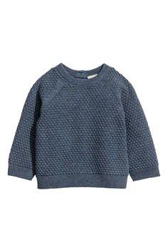 BABY EXCLUSIVE/CONSCIOUS. Een trui van zacht biologisch katoen met een ingebreide structuur. De trui heeft een knoopsluiting achter, raglanmouwen en een rib