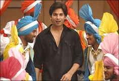 Shahid Kappor in Jab We Met. What a great dancer. Clueless Outfits, Shahid Kapoor, Vintage Bollywood, Celebrity Gallery, Handsome Actors, Happy Birthday Me, Indian Fashion, Pop Culture, Dancer