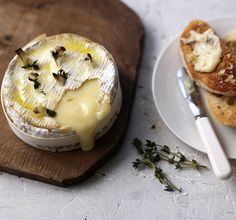 Baked Camembert with garlic bread - so quick, so easy and so delicious, this is the perfect recipe christmas food vegetarian Christmas Party Food, Xmas Food, Christmas Cooking, Christmas Recipes, Camembert Barbecue, Queso Camembert, How To Bake Camembert, Baked Camembert Starter, Cooking Camembert