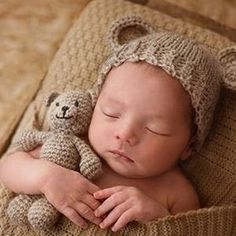 Bear and Baby Cap Newborn Photography Accessories Crochets , Bear and Baby Cap Newborn Photography Accessories Handmade crochet bear toy and baby cap for newborn photography fotos do bebê. Baby Girl Hats, Baby Boy Outfits, Newborn Pictures, Baby Pictures, Infant Photos, Newborn Outfit, Newborn Hats, Foto Newborn, Baby Scarf