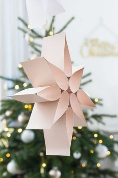 Simple poinsettia made of paper-Einfacher Weihnachtsstern aus Papier DIY - Poinsettia, Noel Christmas, Diy Christmas Ornaments, Christmas Design, Homemade Christmas, Paper Ornaments, Festival Diy, Diy And Crafts, Crafts For Kids
