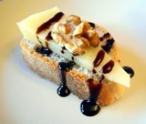 Cheese and Balsamic Vinegar Sauce on Toast - Tosta con Queso y Salsa Balsamico - Lisa Sierra (c) 2010 Licensed to About.com Inc.