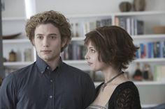 Jasper Hale y Alice Cullen conocen a Bella Swan. Alice Cullen, Edward Cullen, The Cullen, Twilight 2008, Alice Twilight, Jasper Twilight, Twilight Film, Twilight Wedding, Twilight Quotes