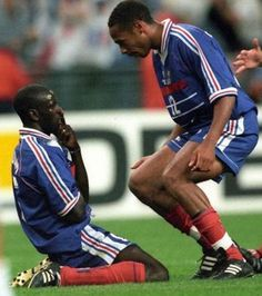 Lilian Thuram et Thierry Henry france croatie Thierry Henry, Football Soccer, Football Players, Lilian Thuram, Fifa World Cup, Poses, Baseball Cards, Arsenal, Om