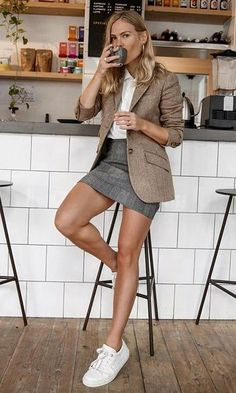 Comfy Office Outfit Ideas For This Winter what + to + wear + with + a + gray + skirt +: + white + top + +++ brown blazer sneakers +++ Summer Work Outfits, Office Outfits, Cool Outfits, Casual Outfits, Hijab Office, Office Attire, Office Wear, Classy Outfits, Blazer Marron