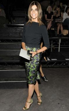 Carine paired a simple black boat neck top with a sheeny green pencil skirt and co-ordinating stilettos for peak elegance Green Pencil Skirts, Pencil Skirt Outfits, Elegantes Outfit Frau, Carine Roitfeld, Paris Chic, Pinterest Fashion, Party Fashion, Style Inspiration, Stylish