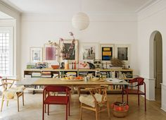 Dining room with low bookcase, vintage art, mismatched chairs The Best of interior decor in - Interior Design Ideas for Modern Home - Interior Design Ideas for Modern Home Architectural Digest, Room Inspiration, Interior Inspiration, Daily Inspiration, Deco Design, Design Design, Dining Furniture, Plywood Furniture, Interiores Design