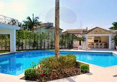 Evocando a liberdade a céu aberto, a piscina tem boas dimensões, e expressa seu charme através de uma ilha com coqueiro.